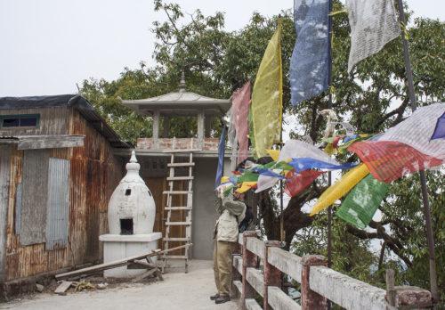 А это молитвенные флаги. Флаги развеваются на ветру, молитва летит к небу. Тоже хорошо...