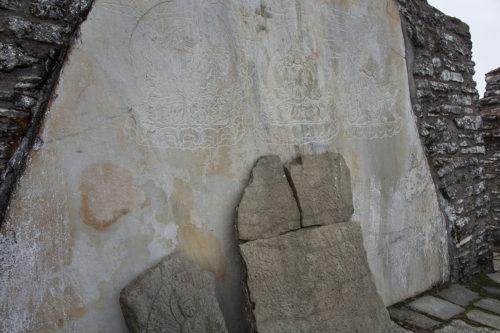 Когда-то дворцовые стены были облицованы плитами с изображениями буддийских божеств