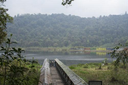 По этим мосткам можно подойти к озеру, покрутив по пути молитвенные барабаны, и коснуться его святой воды