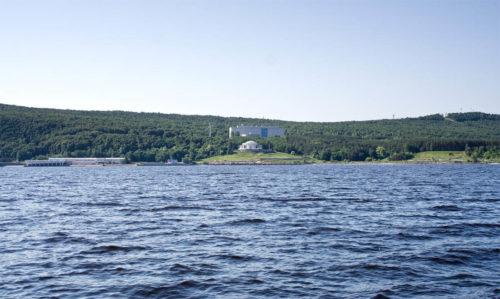 Панорама Волжского Утеса и окрестностей с воды. Справа - гора Светелка