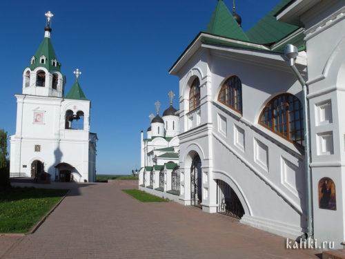 Слева - трапезная церковь Покрова Богородицы с шатровой колокольней