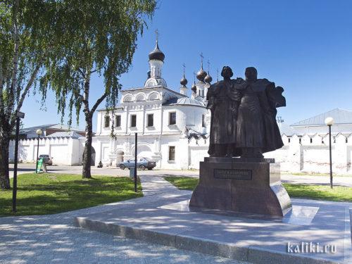 Памятник Петру и Февронии на фоне Благовещенского монастыря