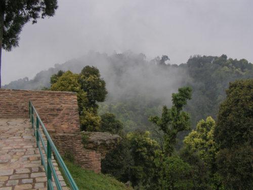 Клочки облаков над горами