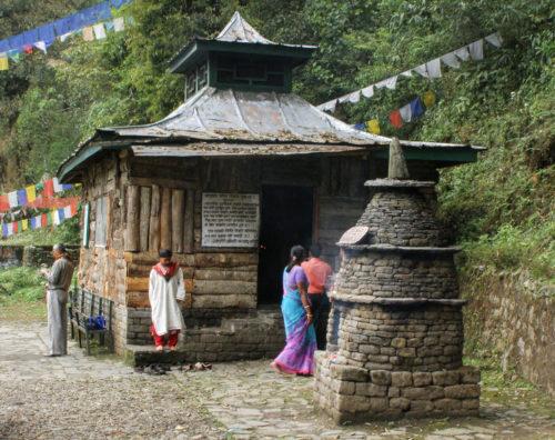 Насколько я помню, в этом святилище находится камень с отпечатком ноги какого-то знаменитого йогина