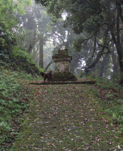 Чортен (ступа) на дороге к монастырю Дабди