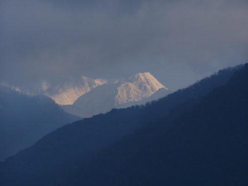 Канченджанга постепенно прячется за облака