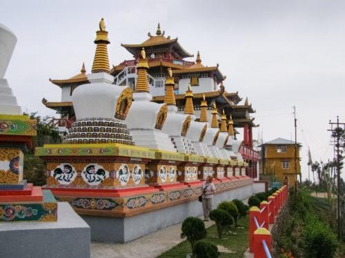 Чортены внутри монастыря Занг Дхок Палри Пходанг