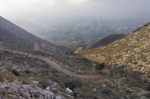 В начале маршрута. Дорога на перевал между горами Кулуконас и Кутсотрулос