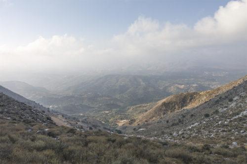 Вид с перевала на внутреннюю часть Крита. Вдали располагаются снежные вершины гор Ида, но они оказались закрыты облаками