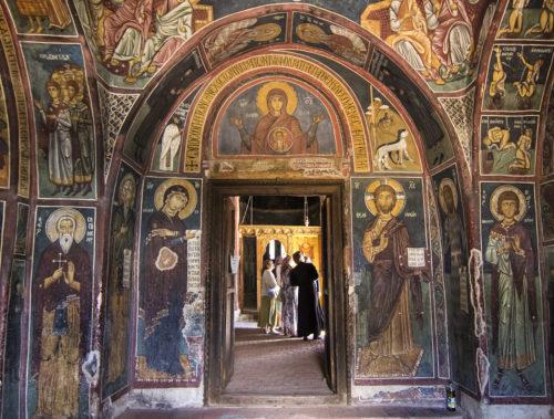 Отец Антоний объясняет паломникам сюжеты фресок.