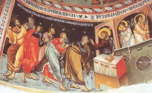 Сцена причащения апостолов во время тайной вечери. Слева изображен выбегающий Иуда.