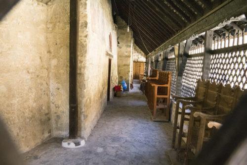 Старый каменный храм закрыт защитной деревянной постройкой