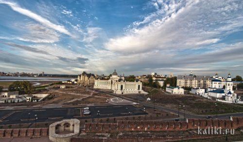Ещё один вид из Кремля. Справа - церковь Параскевы Пятницы