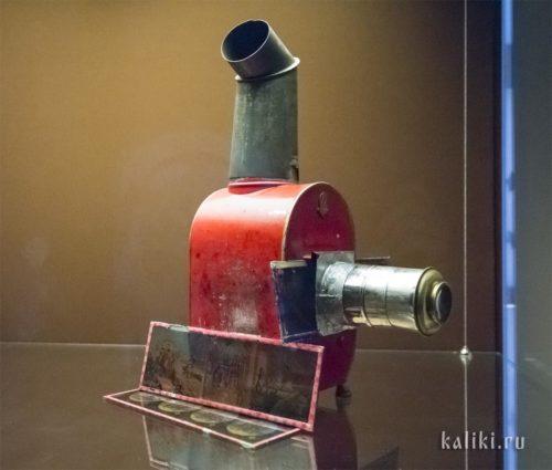 """""""Волшебный фонарь"""" - одно из старинных устройств для проекции изображений. Внутрь помещался источник света, труба сверху - для отвода тепла"""