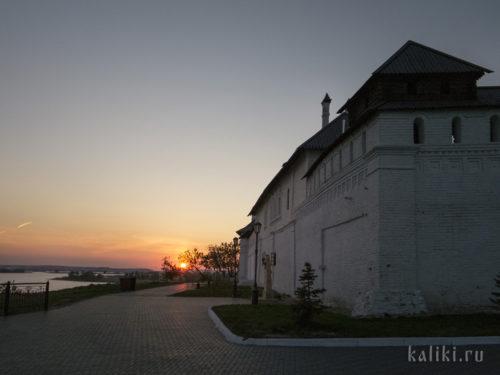 Стены Успенского монастыря на закате