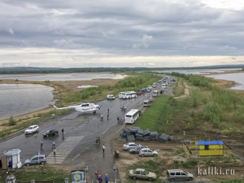 Вид на дамбу и подъездную дорогу. Как видим, сейчас туристы посещают Свияжск не только на машинах и автобусах, но и на вертолётах:)