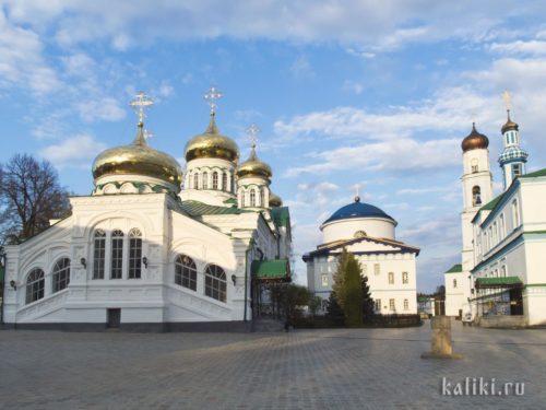 """Вид на церкви Раифского монастыря """"изнутри"""", от источника"""