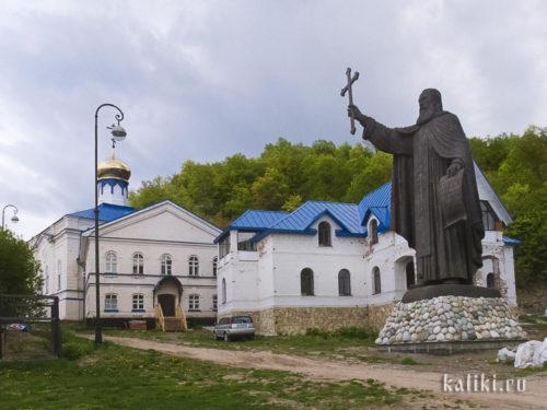Вознесенский Макарьев монастырь. Впереди - памятник преподобному Макарию Желтоводскому и Унженскому, основателю монастыря