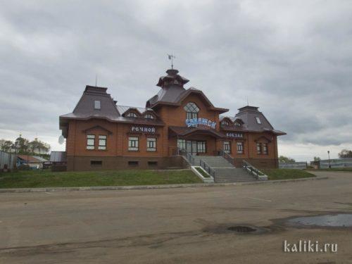 Речной вокзал Свияжска в настоящее время принимает только речные трамвайчики. Для приёма круизных лайнеров нужно проводить дноуглубительные работы. Но если это будет сделано, поток туристов на остров значительно возрастёт