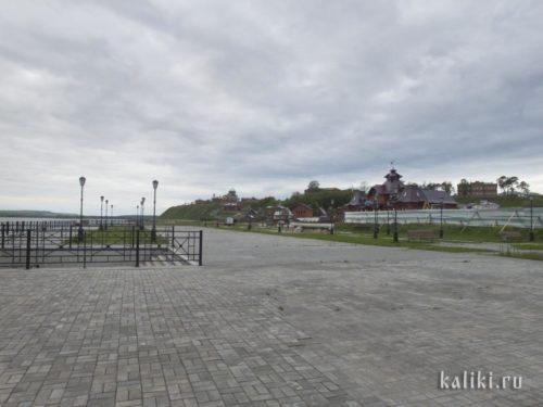 В нижней части Свияжска ещё идут строительные работы, со временем остров будет опоясан красивой набережной. Перед зданием речного вокзала установлена модель ботика, на котором Свияжск посетил император Павел I