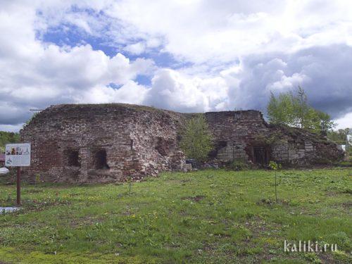 На большей части монастыря пока развалины