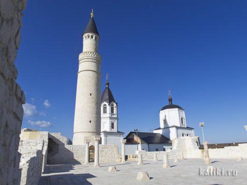 Останки соборной мечети с колоннами, минарет и церковь Успения Пресвятой Богородицы