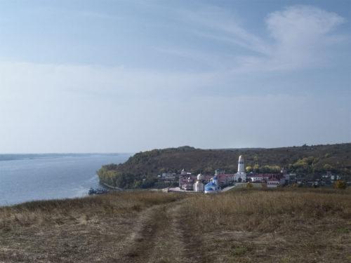 Вид на монастырь с ближайшего холма