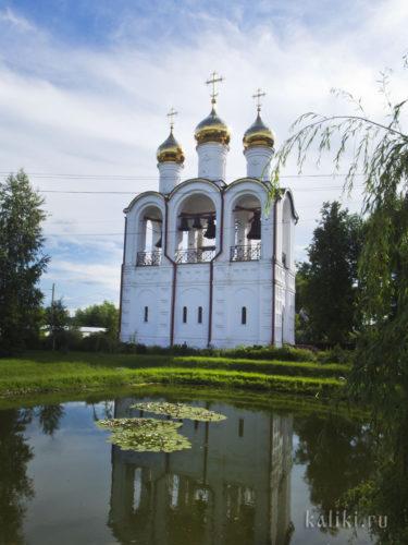 Звонница Свято-Никольского монастыря полностью построена по рекомендациям Общества церковных звонарей. А в пруду цветут лотосы и живут красивые красные рыбки)