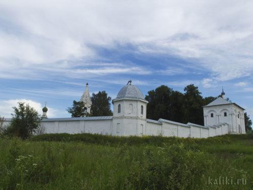 Ограда и Святые Врата с надвратной церковью