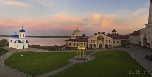 Внутренний двор монастыря на закате