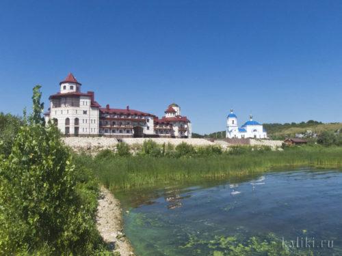 На монастырской пристани