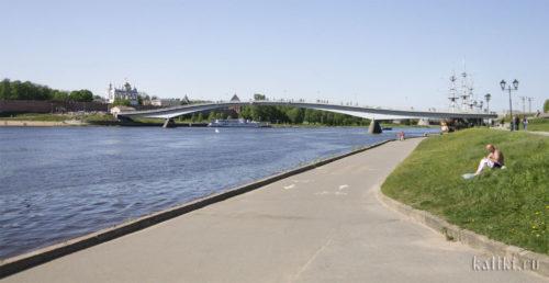 Вид с Торговой стороны на реку Волхов, пешеходный мост и Кремль-Детинец