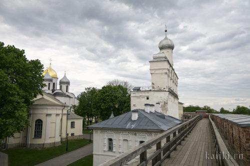 Отдельно стоящая звонница Софийского Собора нехарактерна для новгородской архитектуры, считается, что это влияние Пскова
