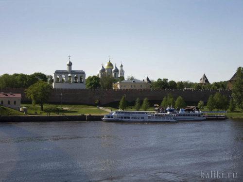 На прогулочных корабликах, стоящих у стен Кремля, можно совершить небольшую экскурсию до истока Волхова из озера Ильмень