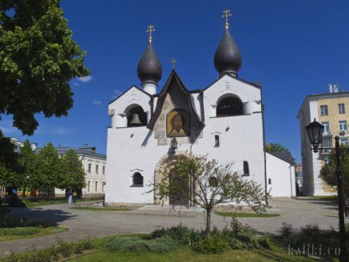 Западный фасад и звонница в новгородском стиле