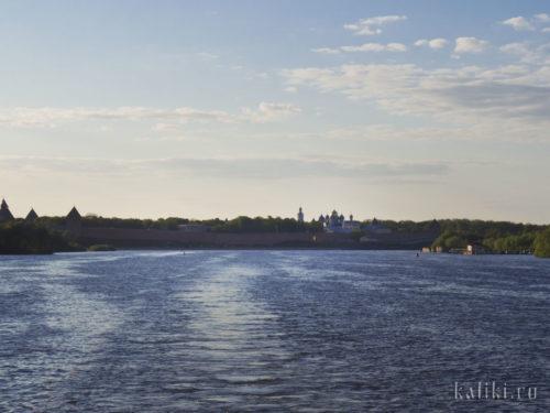 Вид на Новгородский Детинец с прогулочного кораблика