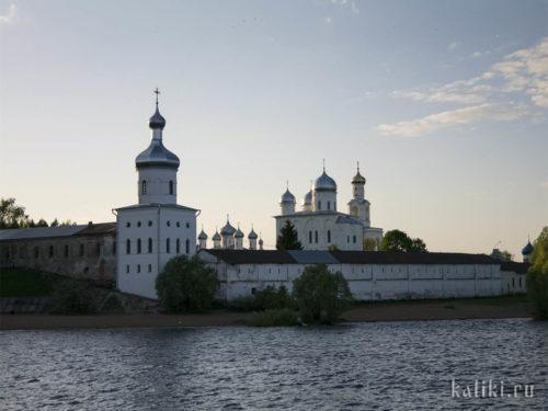 Свято-Юрьев монастырь на закате. Угловая юго-восточная (Михайловская) башня была полностью разрушена в ходе боевых действий Великой Отечественной войны. Окончательно восстановлена несколько лет назад