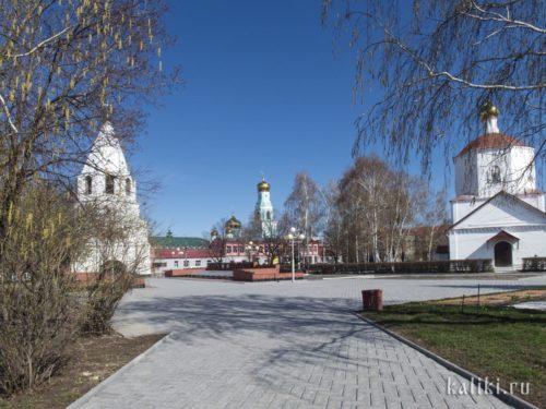 Внутри Сызранского Кремля. Слева Спасская башня, справа церковь Рождества Христова. По центру - Казанский кафедральный собор, уже за пределами Кремля