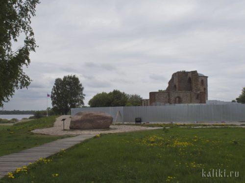"""""""Княжий камень"""" и развалины церкви Благовещения"""