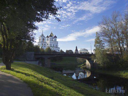 Троицкий собор и мост через Пскову
