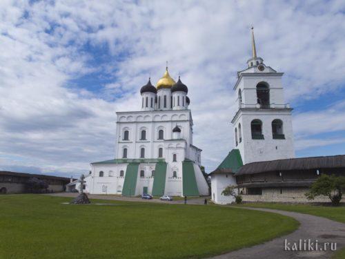 Троицкий собор и колокольня. На площади перед собором собиралось псковское вече