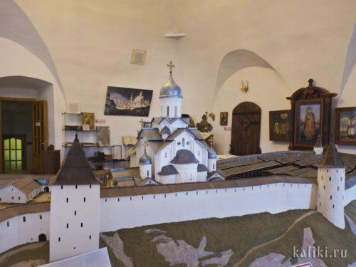 Троицкий собор и склады на территории Крома. Музейная реконструкция. Троицкий собор несколько раз перестраивался и в дошедшем до нас виде был построен в 17-м веке под явным влиянием московской архитектуры. Здесь же показан Троицкий собор в формах 14-го века.