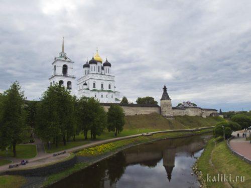 Вид на Троицкий собор с моста через Пскову
