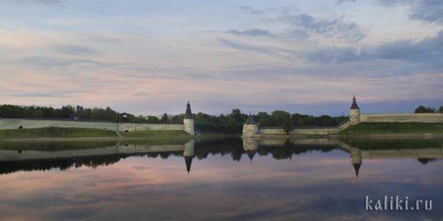"""Место впадения Псковы в Великую прикрывают две башни - Плоская со стороны Крома, напротив неё - Высокая башня. Башня на спуске со скалы называется Кутный Костер (""""угловая башня"""")"""