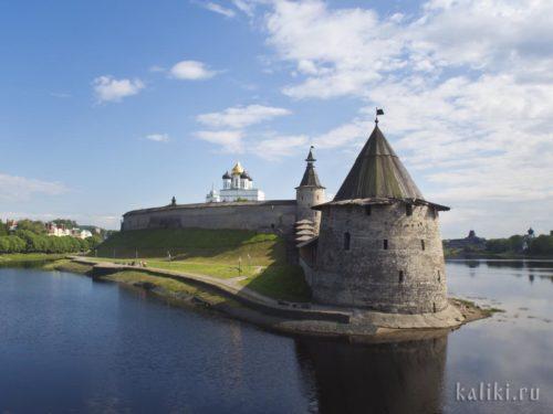 Стрелка рек Псковы и Великой. На переднем плане - Плоская башня псковского Крома