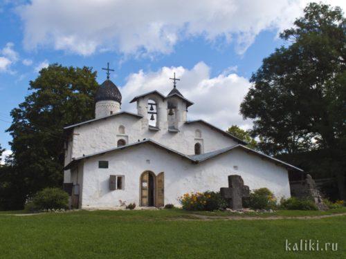 Церковь Покрова и Рождества Богородицы от Пролома. Перед церковью установлены памятные каменные кресты в честь событий тех дней