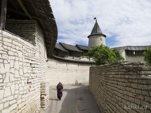 Чтобы попасть в Кром, надо преодолеть захаб - длинный коридор, предназначенный для уничтожения противника, преодолевшего входные ворота и рвущегося внутрь крепости