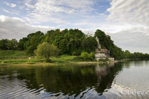 Снетогорский монастырь. Вид с реки Великой