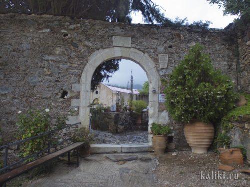 Вход в монастырь св. Пантелеймона