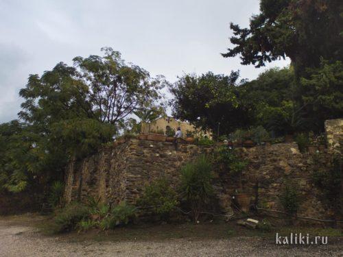 Вид на монастырь с нижней террасы